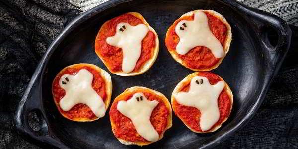 Facile ricetta di Halloween: le pizzette fantasma