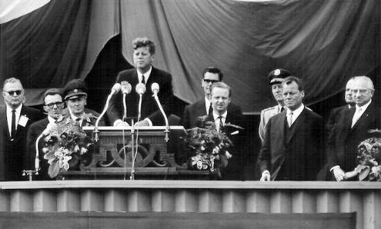 J.f.Kennedy sul palco di Berlino durante il discorso dove pronuncia la frase: il sono berlinese