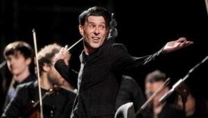 ezio bosso mentre dirige un orchestra
